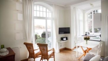 App 4 - Wohnzimmer mit Blick auf die Terrasse