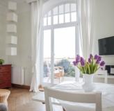 App 4 - Wohnzimmer mit Blick zur Terrasse